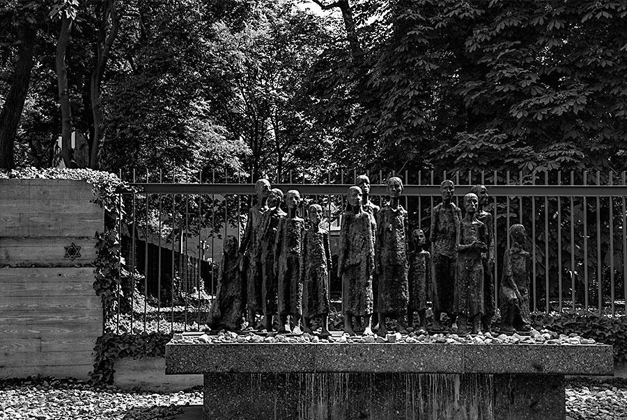 <h3>Aux victimes du nazisme</h3>